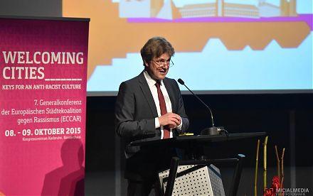 Oberbürgermeister Frank Mentrup bei der ECCAR-Konferenz am 8.10.15 in Karlsruhe